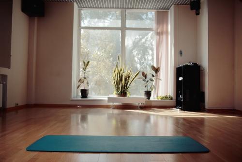 clutter free meditation room design